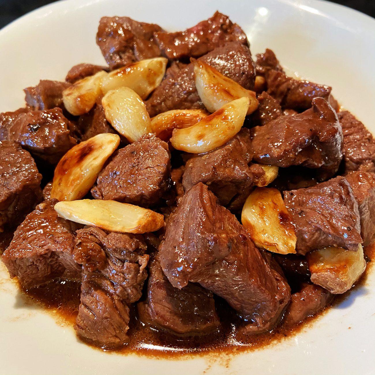 Garlics Grilled Beef Tenderloin With Black Pepper Sauce